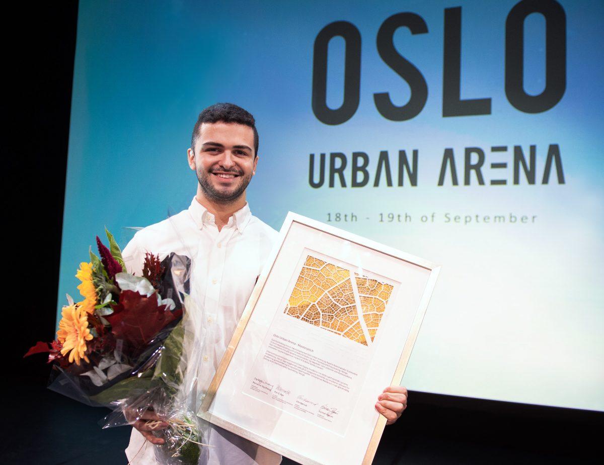 Vinner av Aspelin Ramm-prisen 2019 med diplom og blomter